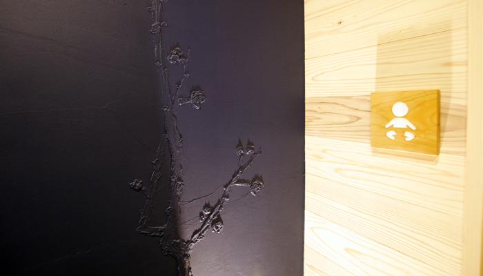 丁子屋トイレリノベーション、広重ブルーの浮世絵厠、梅の花