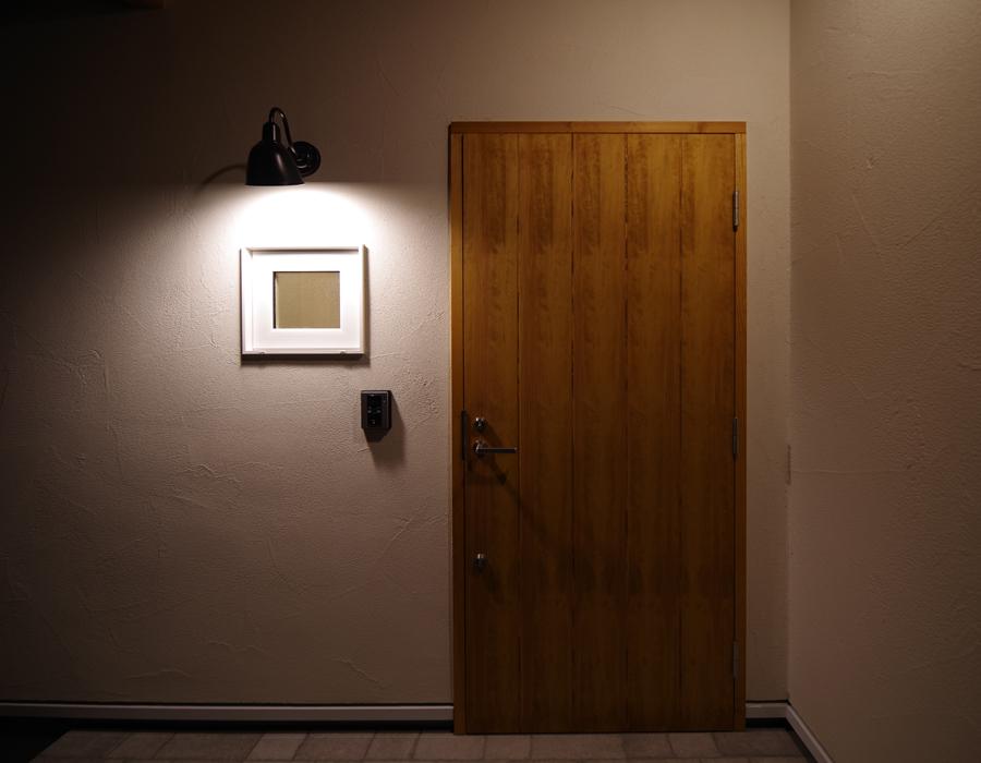 木のドア 玄関 塗り壁