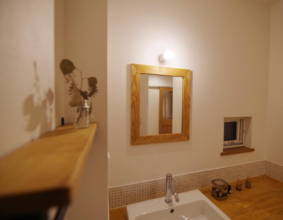木の額縁の鏡