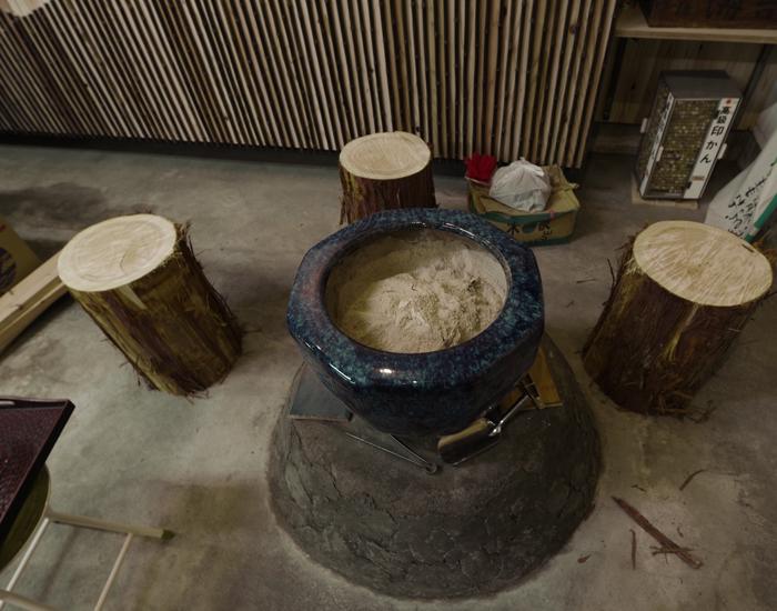 八百屋さん内装 火鉢